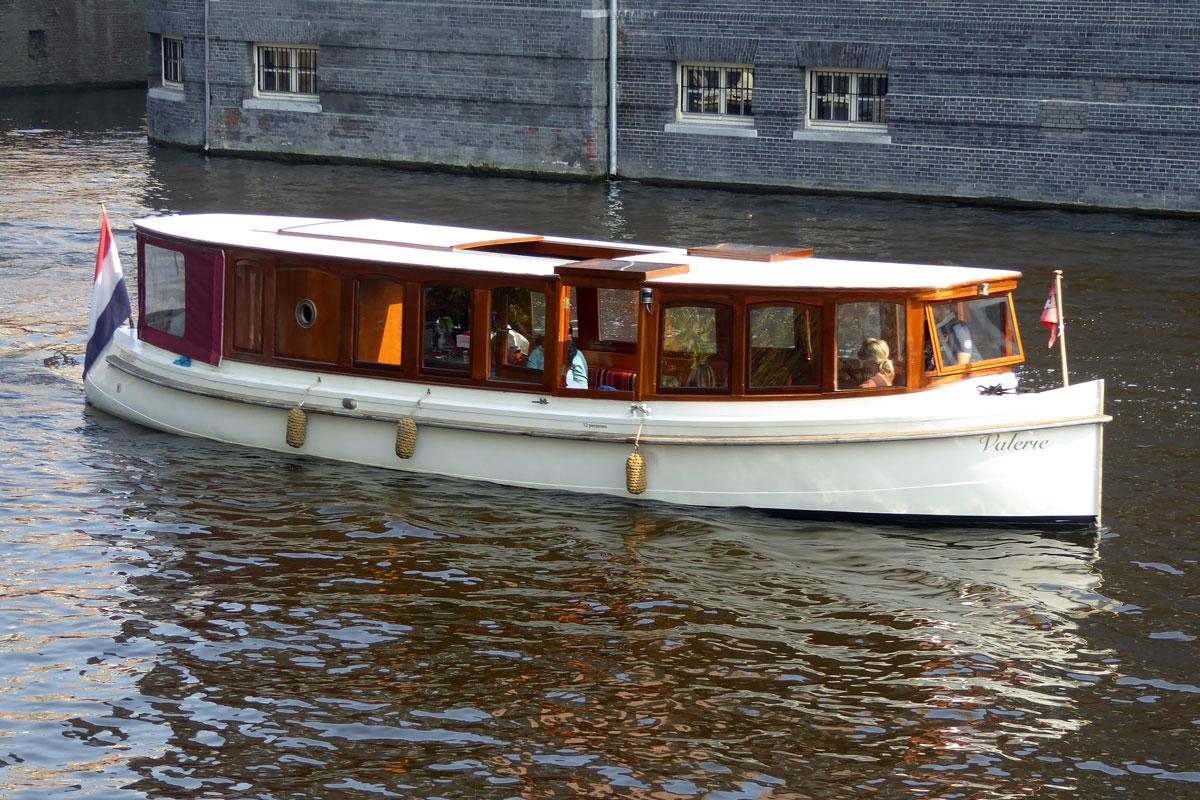 Saloon Boat Hire in Amsterdam - Amsterdam Boattour